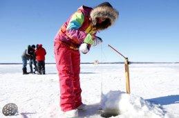 649957-pecheurs-glace-entretiennent-leur-trou